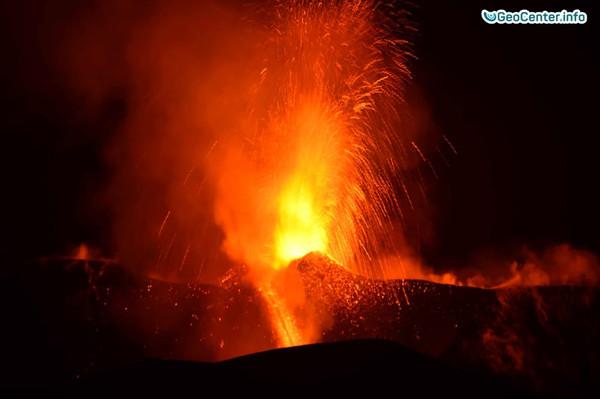 Продолжаются извержения на вулкане Этна