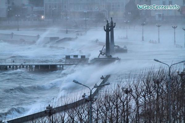 Ураганный ветер всколыхнул черноморское побережье