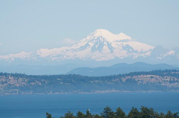 Вулканологи наблюдают за неспокойным вулканом Бейкер
