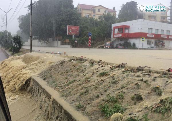 Тропический ливень затопил город Адлер, Краснодарский край, 6 июля 2018 года