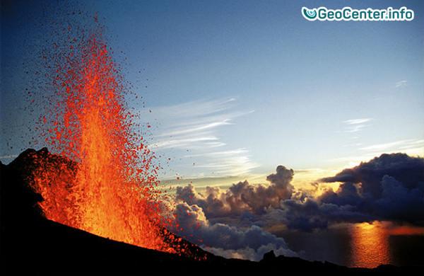Французский вулкан Питон-де-ла-Фурнез продолжает извергать лаву