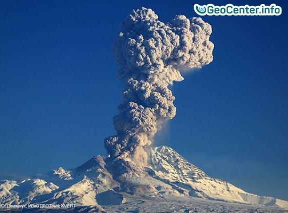 Выброс столба пепла на вулкане Шивелуч