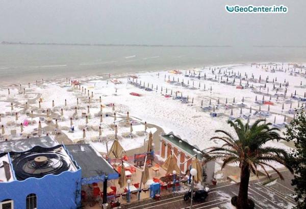 В Италии град покрыл пляж 10-ти сантиметровым белым слоем, июль 2017
