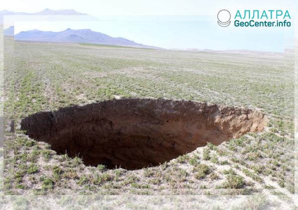 Obří krátery v zemi u města Karapınar (Turecko), únor 2019