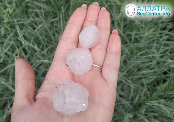 Bouřka, liják a bouře s krupobitím v regionech Ruska, červen 2019