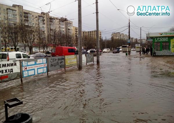 Ливень привёл к затоплению улиц в городе Сумы (Украина), апрель 2019