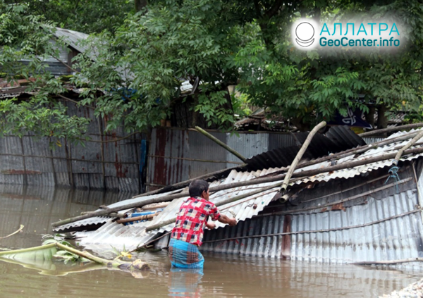 Смертельные оползни и наводнения, конец сентября 2020