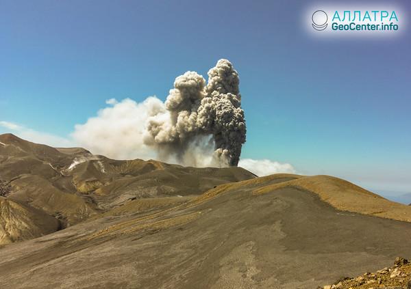 Вулкан Эбеко: эксплозивное извержение 14 апреля 2019